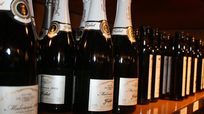 Милиони бутилки с искрящата течност потеглят към всички точки на света